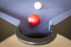 Spielen des Pools auf Billardtisch Lizenzfreie Stockfotos