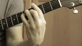 Spielen des Retro- Tonens der Akustikgitarre stock video