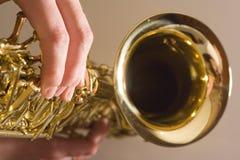 Spielen des Saxophons lizenzfreies stockfoto