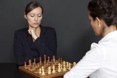 Spielen des Schachs Stockfotos