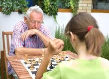 Spielen des Schachs Stockbild
