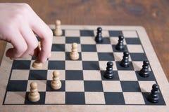 Spielen des Schachs Lizenzfreie Stockbilder