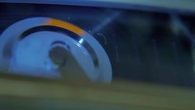 Spielen des schwarzen Alt-Schulkassettenkamerarecorders stock video footage