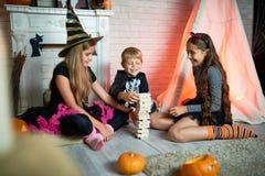 Spielen des Spiels an Halloween-Partei Stockfotografie