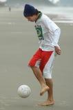 Spielen des Strandfußballs Stockbild