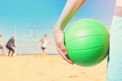 Spielen des Strandvolleyballs lizenzfreie stockfotos
