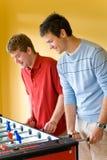 Spielen des Tabellen-Fußballs Stockfoto