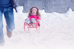 Spielen des Vaters und der Tochter im Freien im Winterschneepark lizenzfreie stockbilder