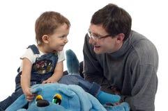 Spielen des Vaters und des Sohns Stockfotos