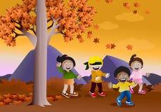 Spielen des Versteckenspiels im Herbst Stockfotos