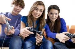 Spielen des Videospiels Stockbilder