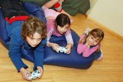 Spielen des Videospiels Stockfoto
