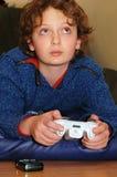 Spielen des Videospiels Stockbild