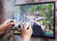 Spielen des Videospiels mit Prüfer in den Händen stockbild