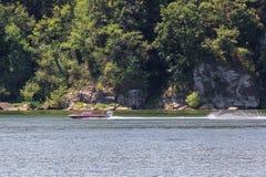 Spielen des Wasserskis oder des wakeboard lizenzfreies stockfoto