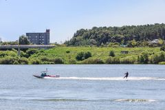 Spielen des Wasserskis oder des wakeboard stockfoto