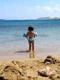 Spielen durch das Meer Stockfotos