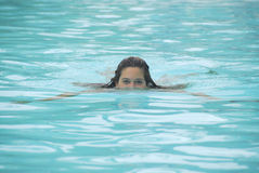 Spielen in einem Swimmingpool Stockbilder