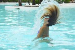 Spielen in einem Swimmingpool Stockbild