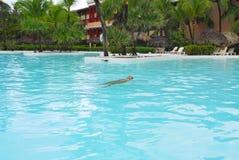 Spielen in einem Swimmingpool Lizenzfreies Stockfoto