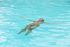 Spielen in einem Swimmingpool Lizenzfreies Stockbild