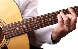 Spielen einer Akustikgitarre Stockbild