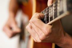 Spielen einer Akustikgitarre mit zwölf Zeichenketten Stockfoto