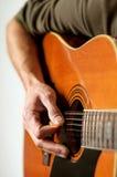 Spielen einer Akustikgitarre mit zwölf Zeichenketten Stockbild