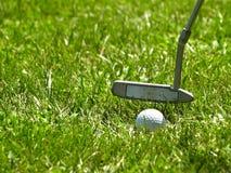Spielen eines Golfs Stockfotos