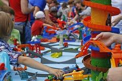 Spielen eines Kindes mit einem bunten Designer Lizenzfreies Stockbild