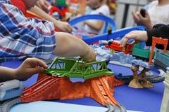 Spielen eines Kindes mit einem bunten Designer Stockfoto