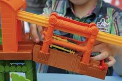 Spielen eines Kindes mit einem bunten Designer Lizenzfreie Stockbilder