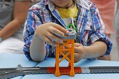 Spielen eines Kindes mit einem bunten Designer Lizenzfreie Stockfotos