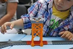 Spielen eines Kindes mit einem bunten Designer Stockfotos