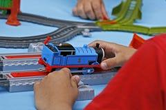 Spielen eines Kindes mit einem bunten Designer Stockbilder