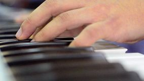 Spielen eines Klaviers stock video footage