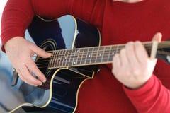 Spielen Gitarre nahes hohes Bild des selektiven Fokus Lizenzfreie Stockbilder