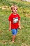Spielen im Gras Lizenzfreies Stockfoto
