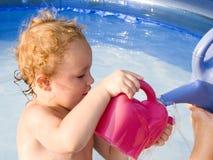 Spielen im Pool Stockfotos