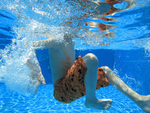 Spielen im Pool Lizenzfreie Stockfotografie