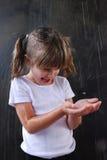 Spielen im Regen Lizenzfreie Stockbilder