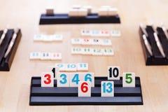 Spielen im Rummikub-Karten-Brettspiel Stockfotografie