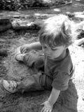 Spielen im Schmutz Lizenzfreie Stockbilder