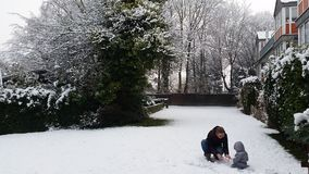 Spielen im Schnee Stockfotos