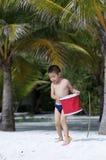 Spielen im Strand stockbild