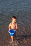 Spielen im Wasser stockbild