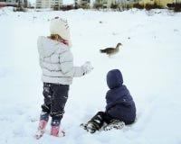 Spielen im Winter stockbilder