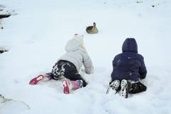 Spielen im Winter lizenzfreies stockfoto