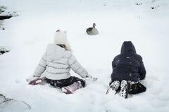 Spielen im Winter lizenzfreie stockbilder