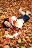 Spielen mit Blättern Stockfoto